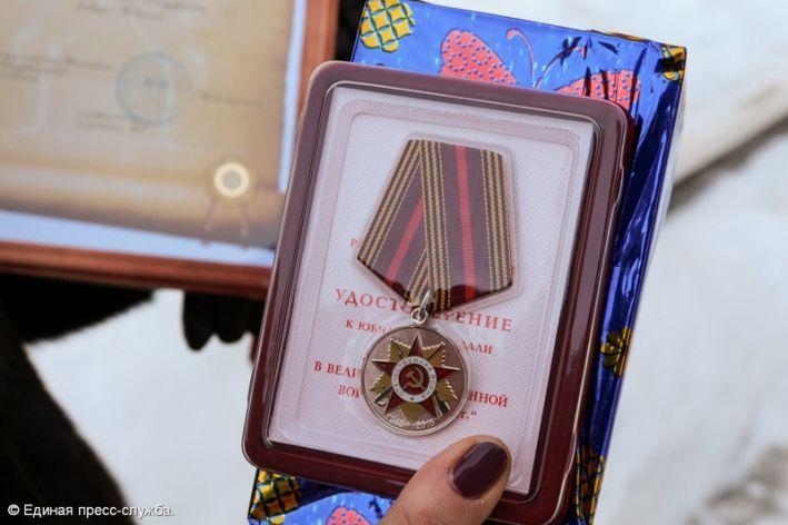 Были вручены памятные подарки 805