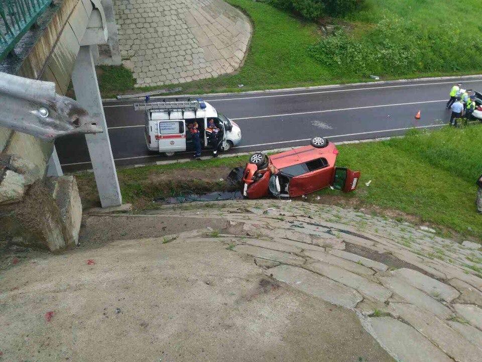 На фото Мужчина погиб свалившись на авто с моста изображение