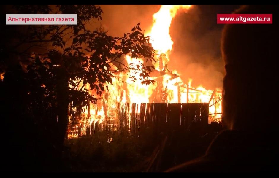 На фото Ночью сгорели два дома на Кировке изображение