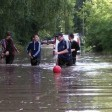 Дети купаются в затопленном дворе МКД
