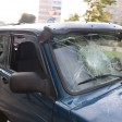 Напал на водителя и разбил машину лопатой