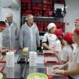 На кухне доставки «Три Дракона» устроили мастер-класс по приготовлению роллов и пиццы