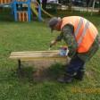 Скамейки во дворах приводят в порядок